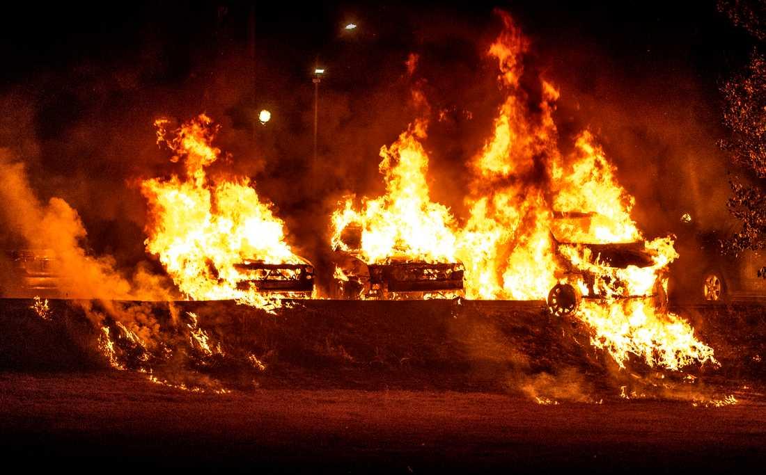 Ett flertal bilar sattes i brand även i Trollhättan.