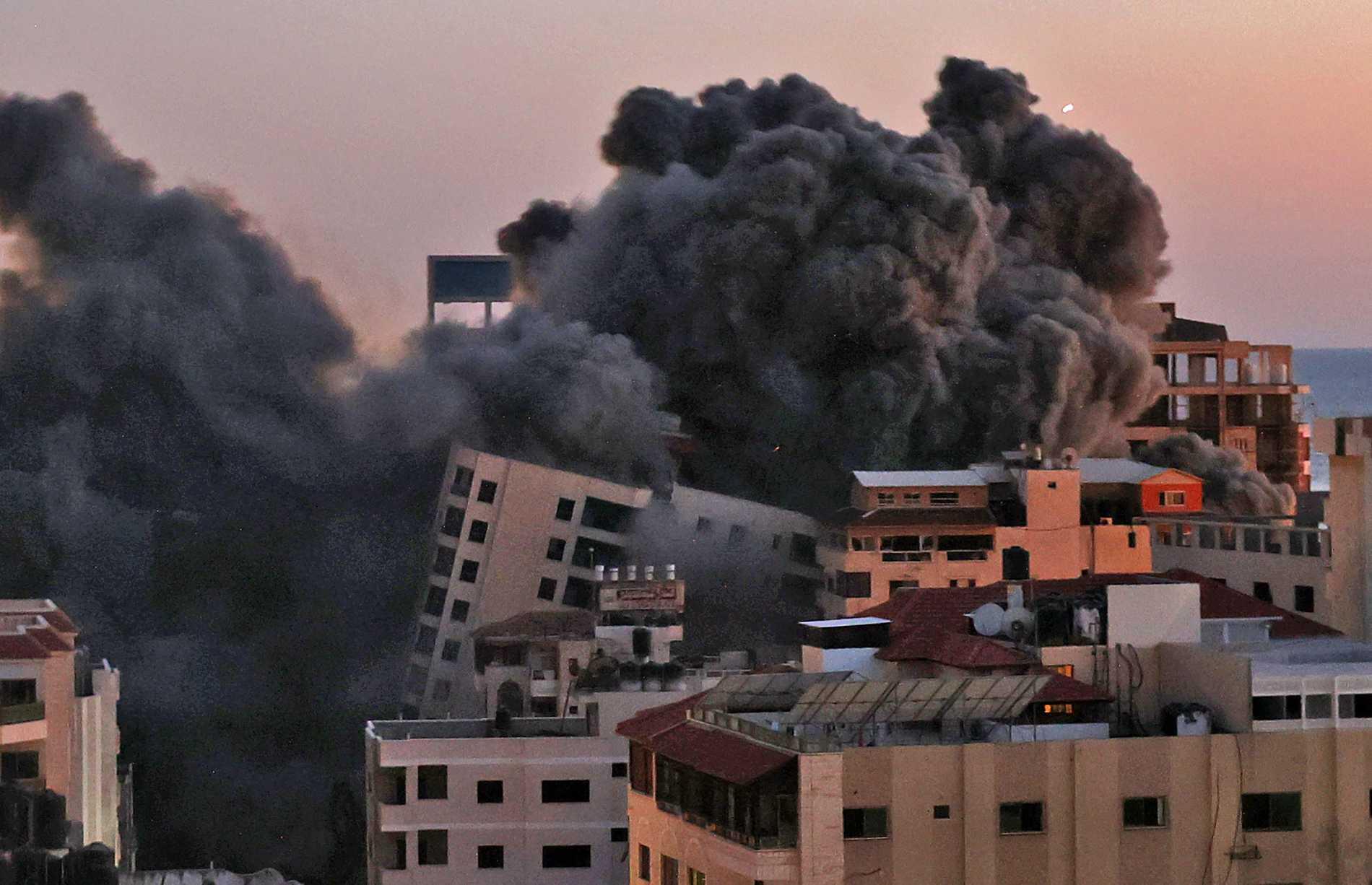 En byggnad har rasat i Gaza efter ett israeliskt flyganfall.
