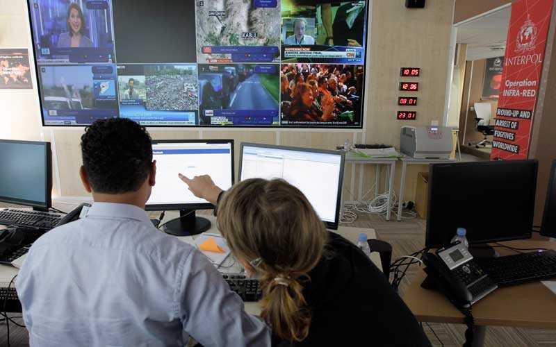 INTERPOL Interpol-medarbetare i deras högkvarter i Lyon. Den internationella polisorganistaionen hjälper till vid bevakningen av OS.