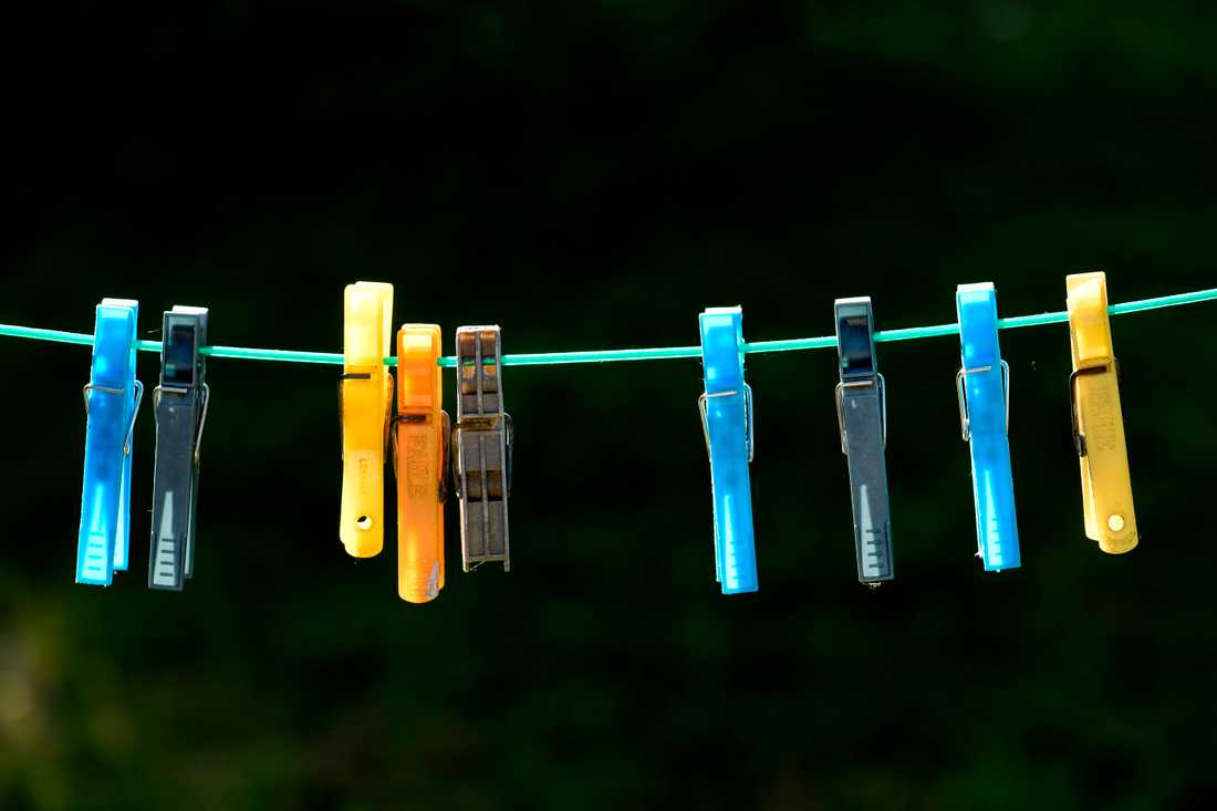 Att torka tvätten på tvättlina i stället för i tumlare spar visserligen energi, men inte tillräckligt för att nå målen. Arkivbild.