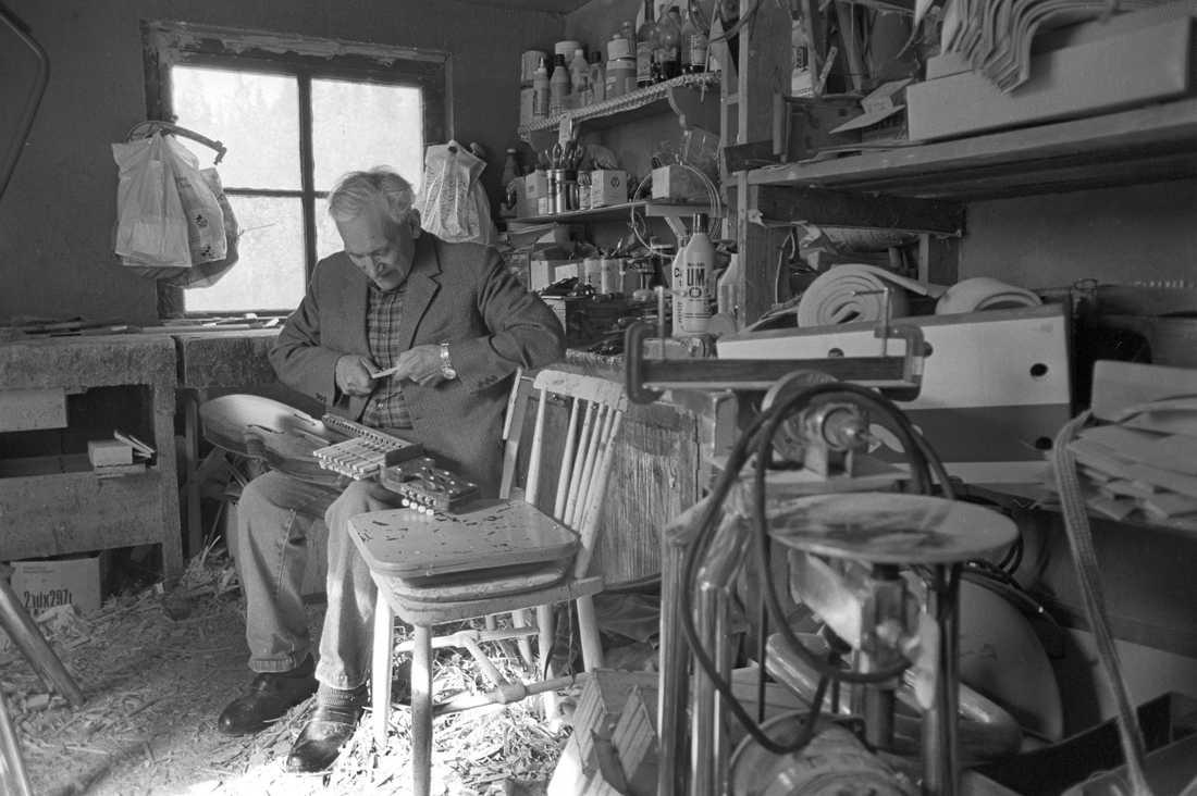 Eric Sahlström tillverkar en nyckelharpa i sin verkstad 1982.