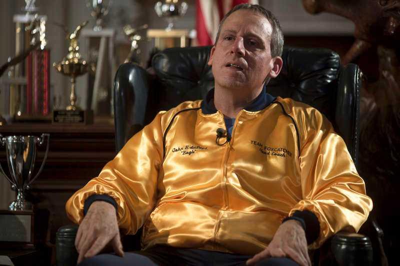 """OSCARSVITTRING Steve Carell hyllas för sin roll som excentrisk miljardär i """"Foxcatcher"""", som just haft svensk premiär. Komikern är nu nominerad till Golden Globe och Oscarstippad för sin allvarliga roll – inte minst hans näsa drar till sig uppmärksamhet. """"Jag satt tre timmar i sminket varje dag"""", säger han."""