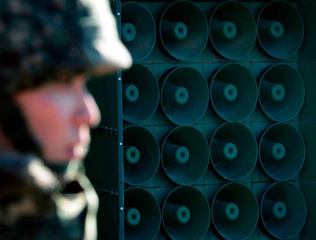 En sydkoreansk soldat framför en högtalarvägg vid gränsen. Bilden är från 2016.
