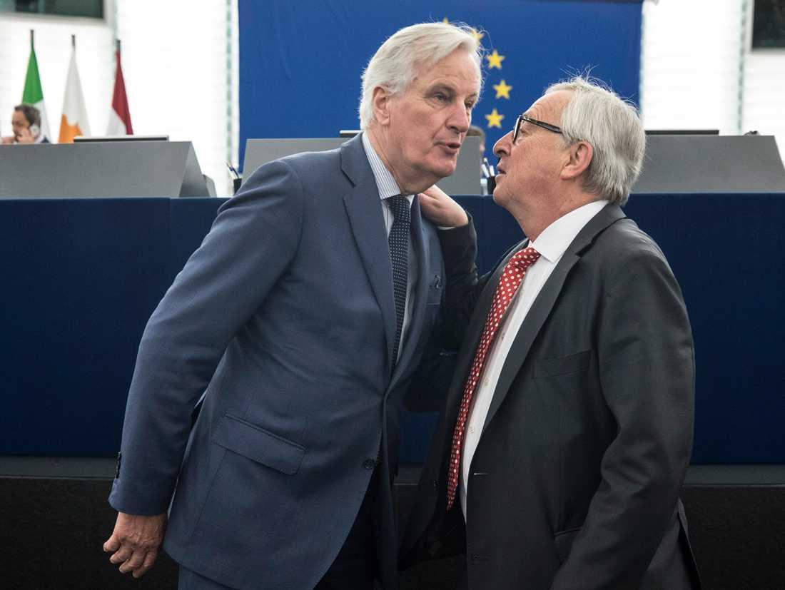 Michel Barnier (till vänster) är EU:s chefsförhandlare om brexit och nämns flitigt som tänkbar ersättare till kommissionsordförande Jean-Claude Juncker (till höger). Arkivfoto.