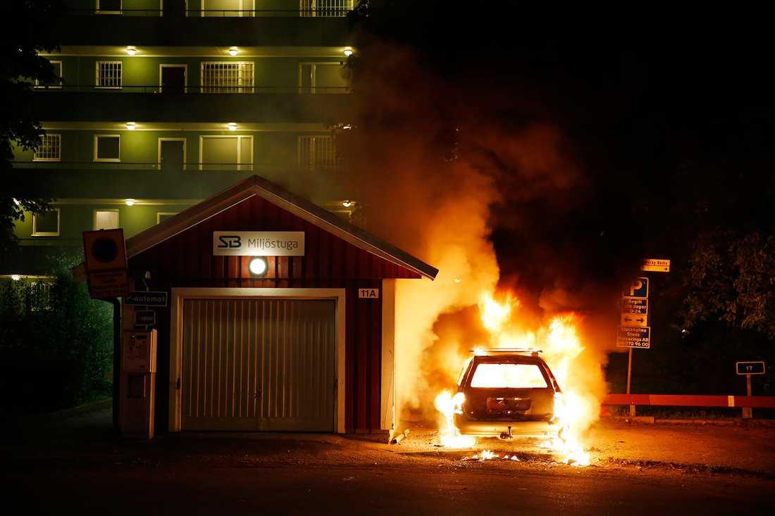 Så här såg det ut på en parkering i Rinkeby natten mellan torsdag och fredag.