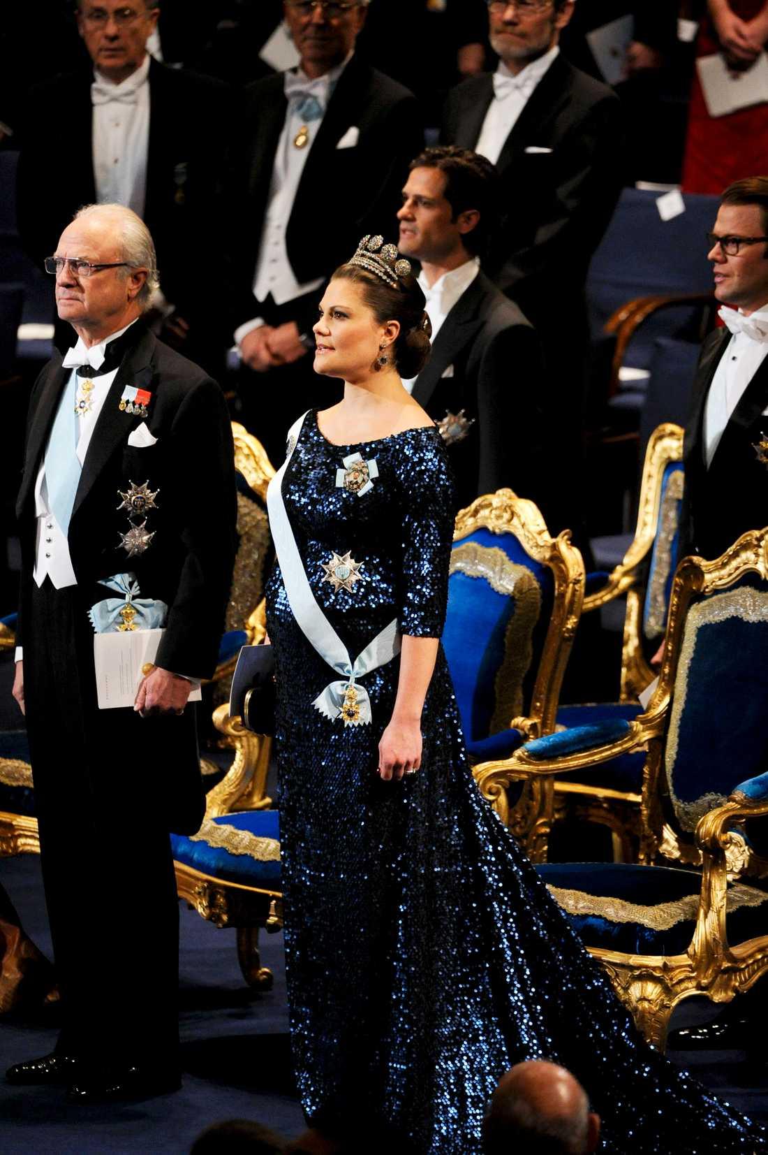 Så fick vi då äntligen skåda bulan rejält. Och i paljetter till på köpet. Kronprinsessan Victoria gör ett modigt och lite oväntat val. Jag är inte helt förtjust i snittet, tycker inte att urringningen är direkt fördelaktig. Men släpet, färgen (oerhört kunglig färg) och glittret är superhärligt att se. Vackra Vickan!