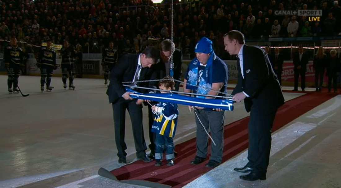 Stefan Livs söner hjälper till att hissa Stefan Livs tröjnummer 1 i Kinnarps Arenas tak.