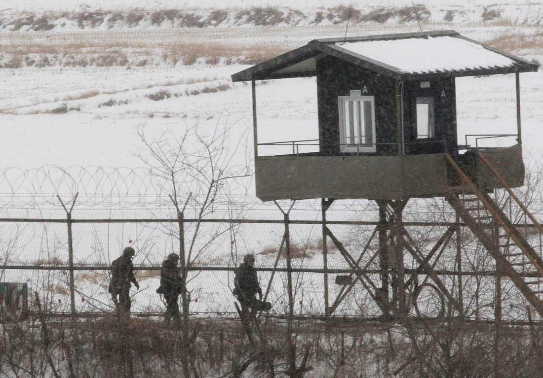 Sydkoreanska militärer patrullerar vid gränsen mot Nordkorea.