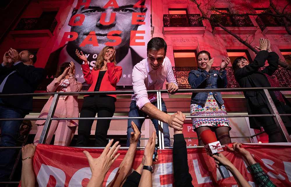 Pedro Sanchez skakar hand med väljare.