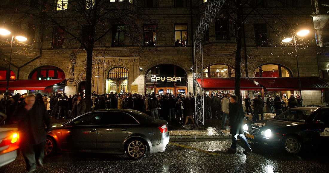 En vanlig kväll utanför Spybar på Stureplan i Stockholm.