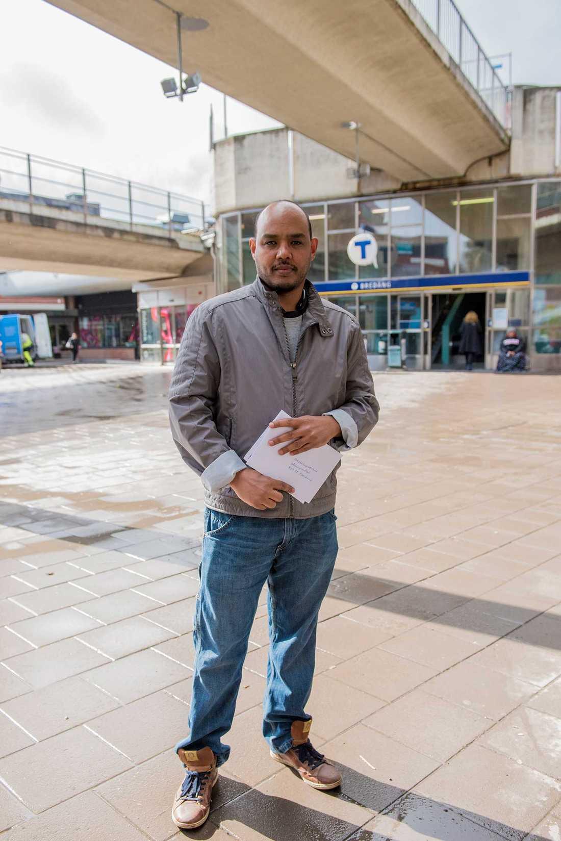 """Esaias Kidane, 41, är """"ganska nöjd"""" med sin månadslön på 26 000 kronor."""