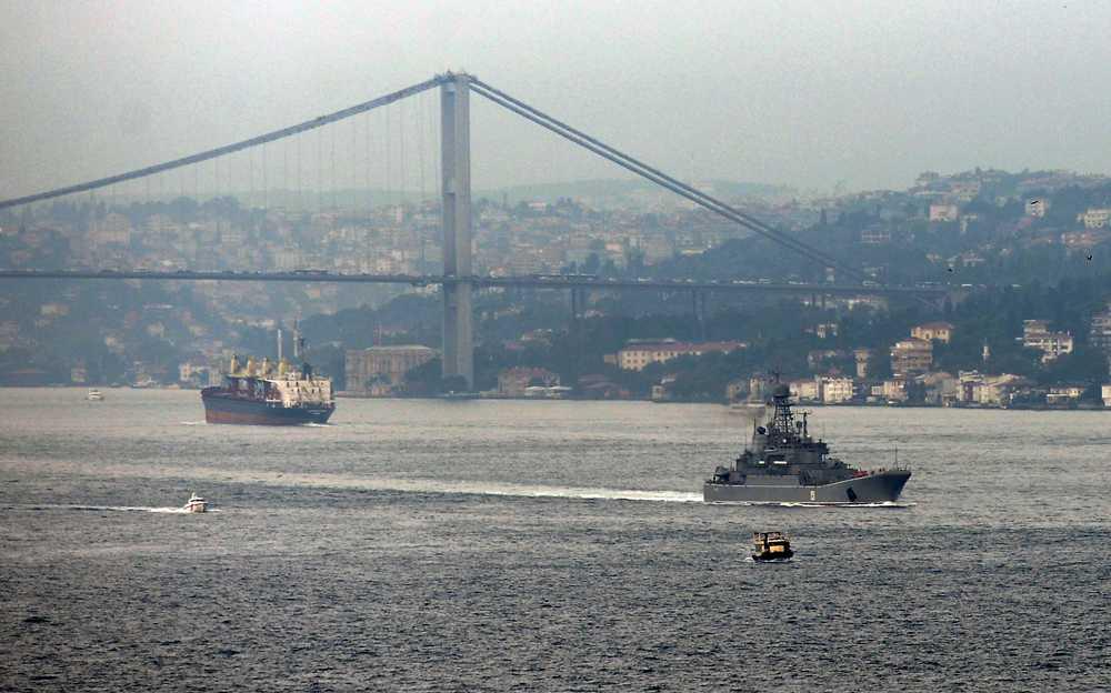 Ryska militärfartyg glider genom Bosporen, Turkiet.