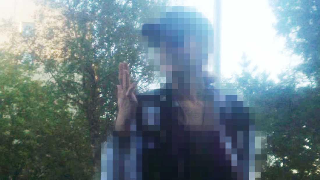 """Stillbild från filmklippet som visar hur den 37-åriga kvinnan berättar för en grupp barn att hon """"mördat människor""""."""
