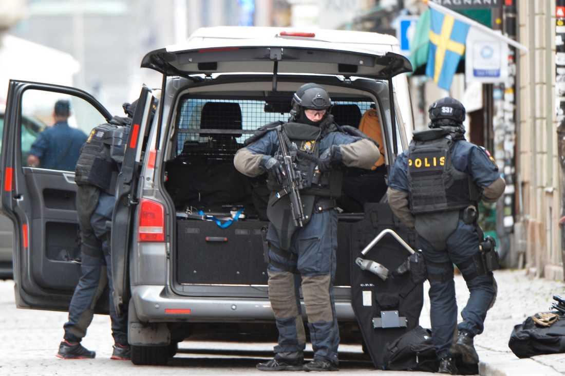 Polisens insatsstyrka på plats i Gamla stan. Foto: Andreas Bardell