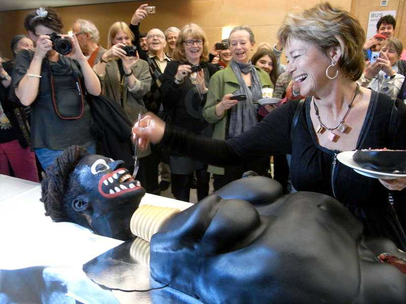 TÅRTAN SKREK Kulturminister Lena Adelsohn Liljeroth (M) hade innan tårtkalaset hållit ett tal om vikten av frihet i konsten och avsaknad av censur. Kort därefter fick hon ett smakprov på ämnet.