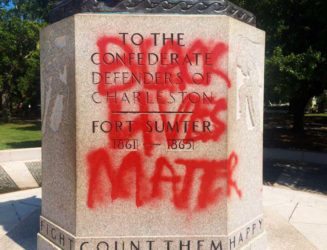 En staty till minne av de stater som förespråkade slaveri i USA i Charleston, South Carolina har sprejmålats.