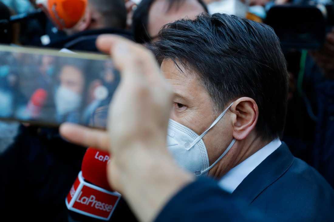 Italiens premiärminister Giuseppe Conte står inför ännu en regeringskris. Här uppvaktas han av ett medieuppbåd på väg in i regeringskansliet i Palazzo Chigi i Rom på onsdagen.
