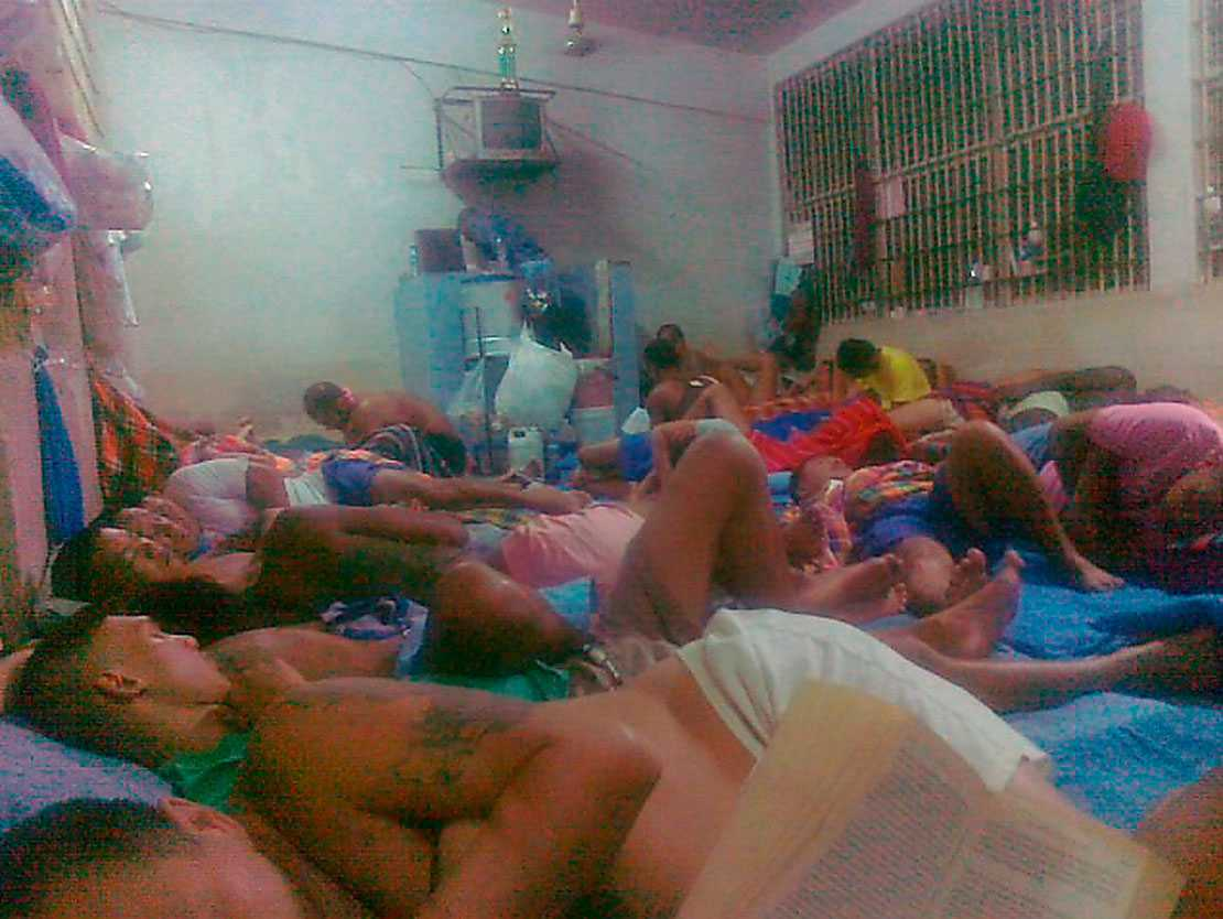 ETT AV DE HÅRDASTE I THAILAND  I fängelset Bambat Phiset i Bangkok sitter bara fångar som är dömda för narkotikabrott. Här trängs 60 fångar i varje sovcell och vardagen är fylld av droger, våld och korrupta vakter.