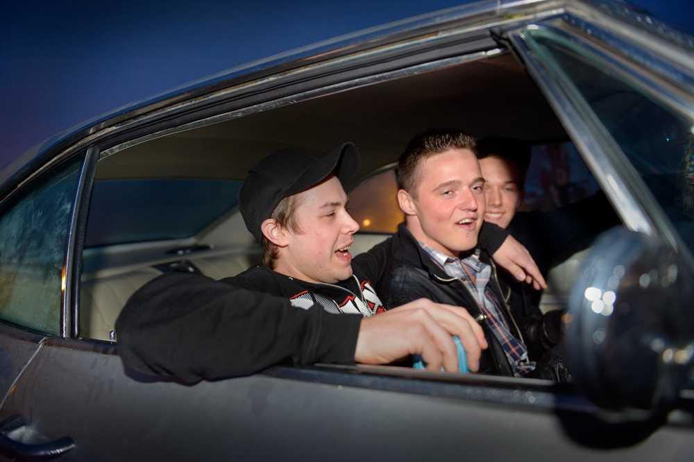 BIL MED STIL Adam Karlsson, Emil Öhman och Oskar Klahr lyssnar på Rockabilly utanför dansbanan.