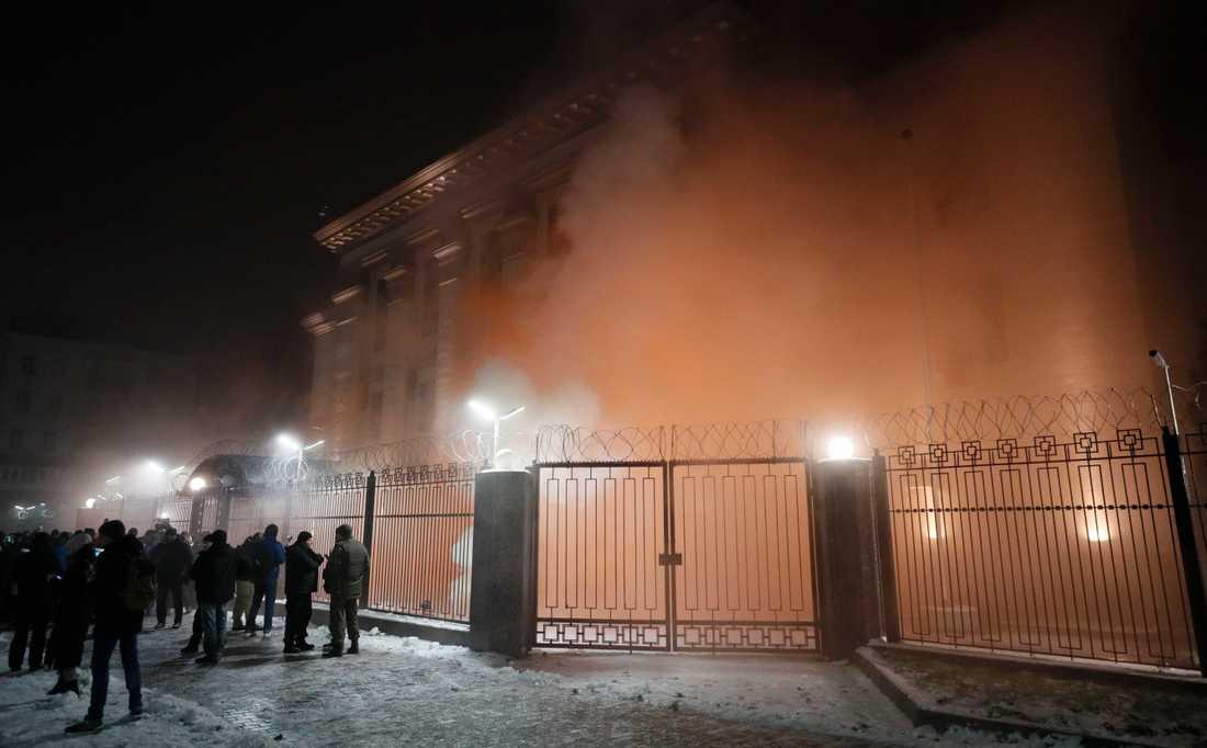 Demonstranter har kastat in en rökgranat på ryska ambassaden i Kiev.