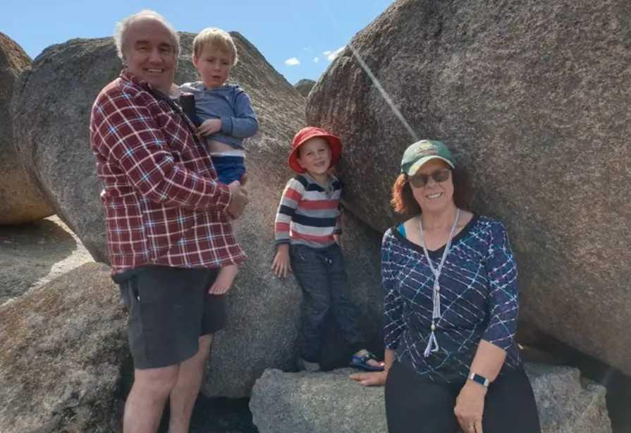 Mormor Lorelle Keller och hennes man Jeffrey tillsammans med barnbarnen Joel och Adam.