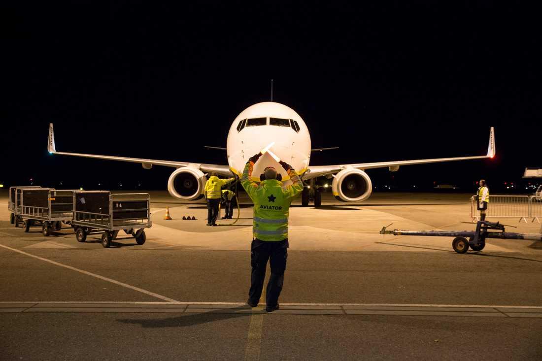 En man som arbetar på Kastrup flygplats träffades av blixten under onsdagskvällen.