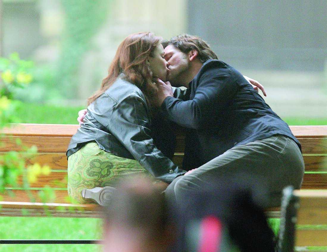 Bänkade för en inspelning med kyssar på schemat: skådisarna Eric Bana, 40, och Rachel McAdams, 30, i Toronto.
