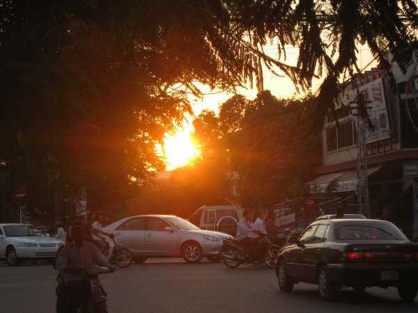 Solnedgång över Phnom Penhs boulevarder.