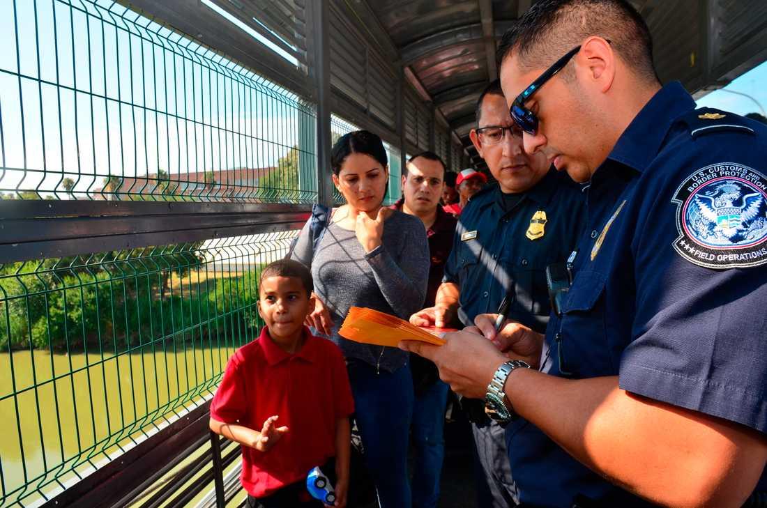 En amerikansk tulltjänsteman tar upp en asylansökan vid gränsen mellan Laredo, i delstaten Texas, och Mexiko. Arkivbild.