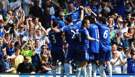 Chelseaspelarna firade ledningsmålet med att hålla upp en hyllningströja till Frank Lampards mamma.