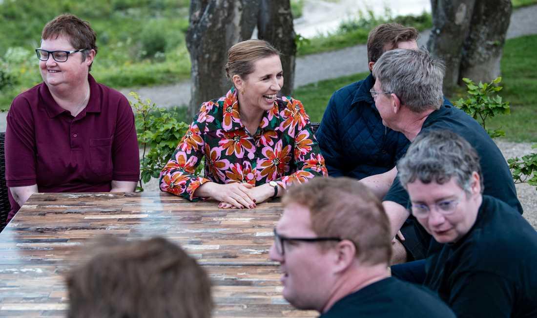 Mette Frederiksen (S) slår sig ner och diskuterar handikappfrågor med dem som arbetar på vandrarhemmet i Faxe.