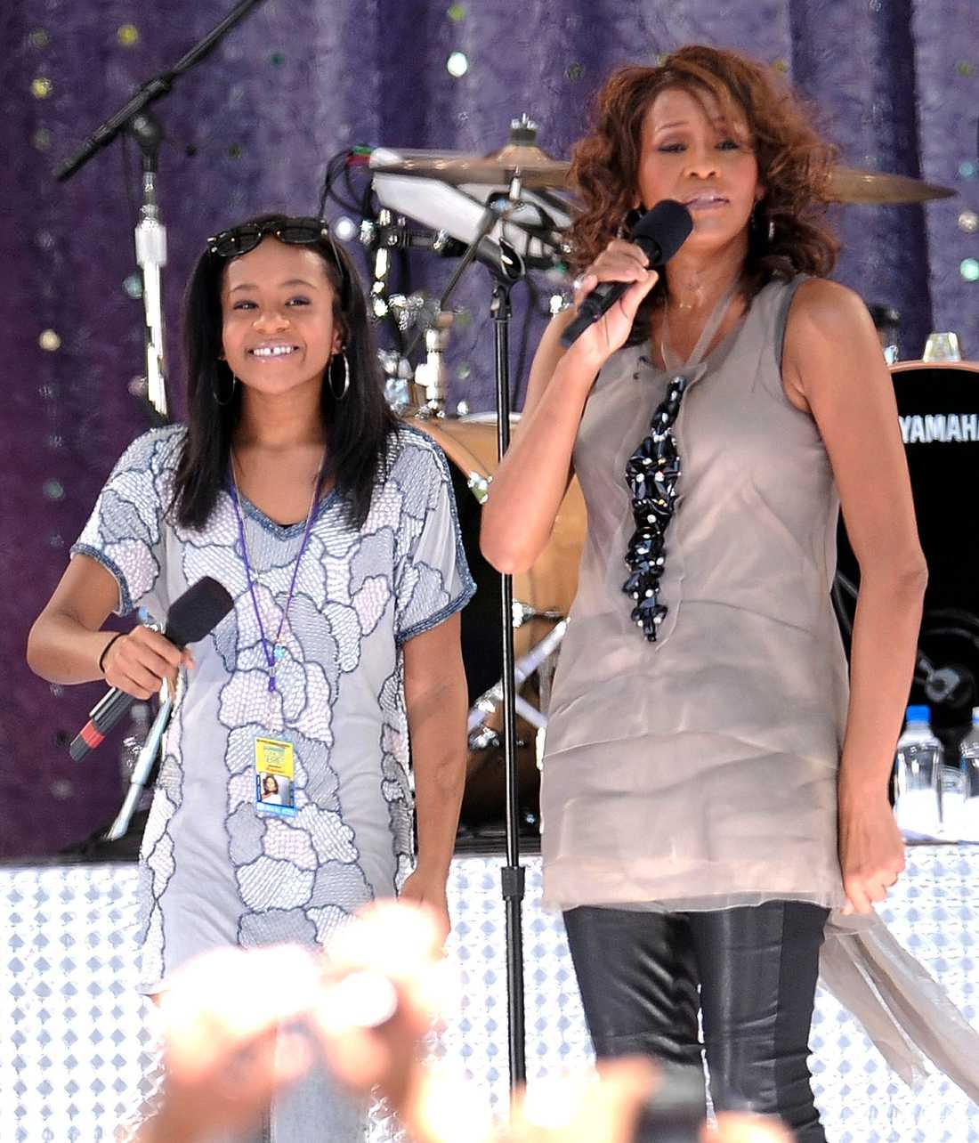 """Sjunger med sin dotter Bobbi Kristina under ett uppträdande på """"Good Morning America"""" i Centralpark i New York."""