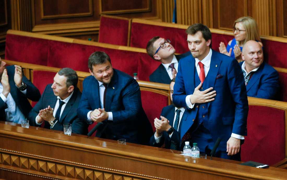 Parlamentet i Ukraina godkände på torsdagen president Zelenskyjs förslag till premiärminister – den 35-årige juristen Oleksij j Hontjaruk (stående i bilden).