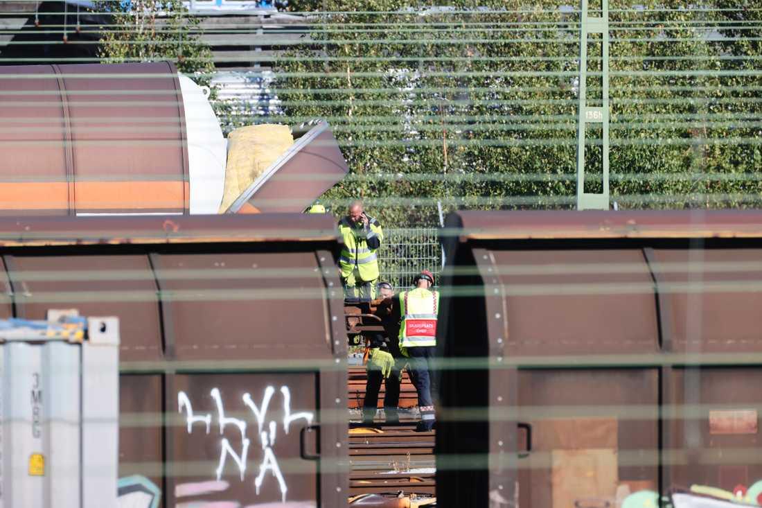 Ena ändan av den påkörda tankvagnen skadades i krocken på Sävenäs rangerbangård tidigt på morgonen. Vid 11-tiden kunde räddningstjänsten konstatera att inget läckage uppstått.