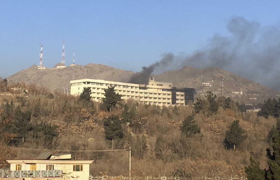 Rök syns från hotellet tidigt på morgonen.