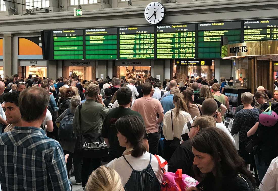 Resenärer strandade på centralstationen i Stockholm inför midsommar.