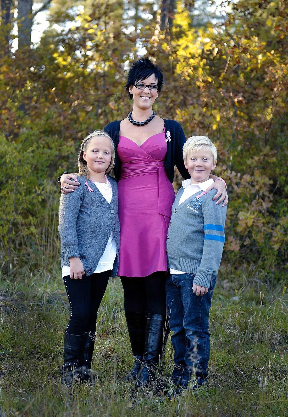 TACKSAM Madeléne, 33, med sina tvillingar Amanda och Jonathan, som fyller 8 år i dag.