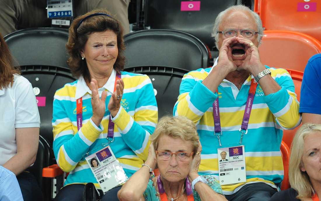 Kung Carl XVI Gustav när Sverige slog Danmark i en dramatisk OS–kvartsfinal i handboll. Bredvid sitter drottning Silvia.