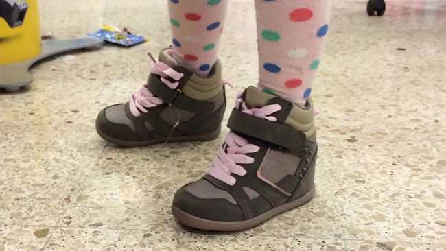 Journalisten Joakim Lamotte rasade mot Coop som sålde högklackade skor till barn. Nu pudlar Coop och återkallar klackskorna ämnade för treåringar.
