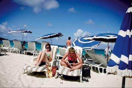 På stranden Orient Beach är det fullt med solstolar och ofta packat med folk.