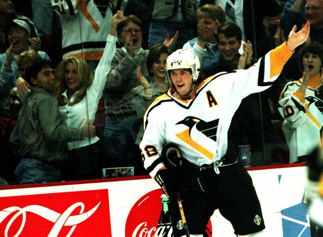 Jagr jublar efter ett mål i Penguins-tröjan i november 1996.