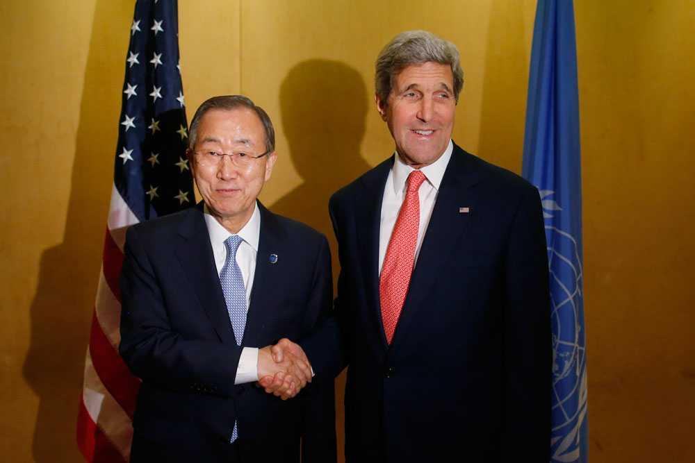 FN:s generalsekreterare, Ban Ki-moon, och USA:s utrikesminister, John Kerry, träffas i Kairo för att försöka medla fred.