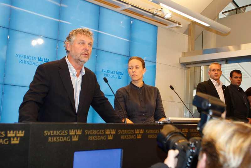Miljöpartiets språkrör Peter Eriksson och Maria Wetterstrand tog klart avstånd från att som enda rödgröna parti samarbeta med Alliansen.