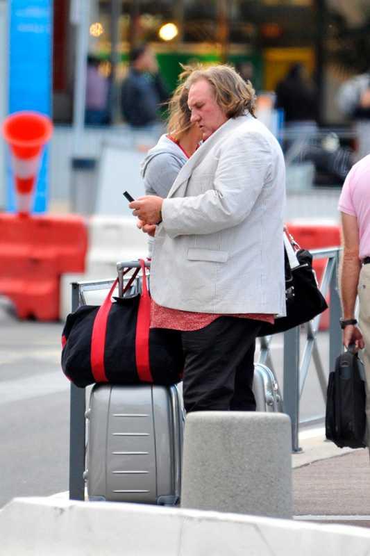 Depardieu anländer till flygplatsen i Orly.
