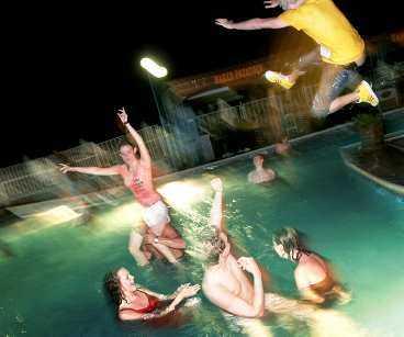 En vanlig kväll i Sunny Beach börjar på en bar, fortsätter sedan till någon av alla klubbar för vild dans i 30-gradig värme, för att frampå småtimmarna avslutas i poolen som ligger vid Lazur, ett av de mest populära diskoteken.