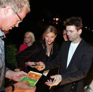 Anders Herrlin skriver autografer