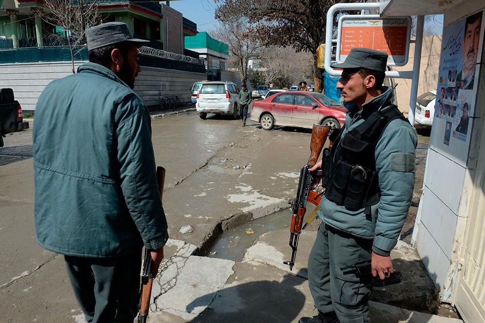 Afghanska polismän på platsen där Nils Horner sköts ned.