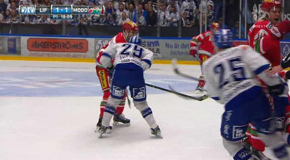 Modos Patrick Dwyer fick matchstraff efter den här situationen med Leksands Tobias Forsberg.