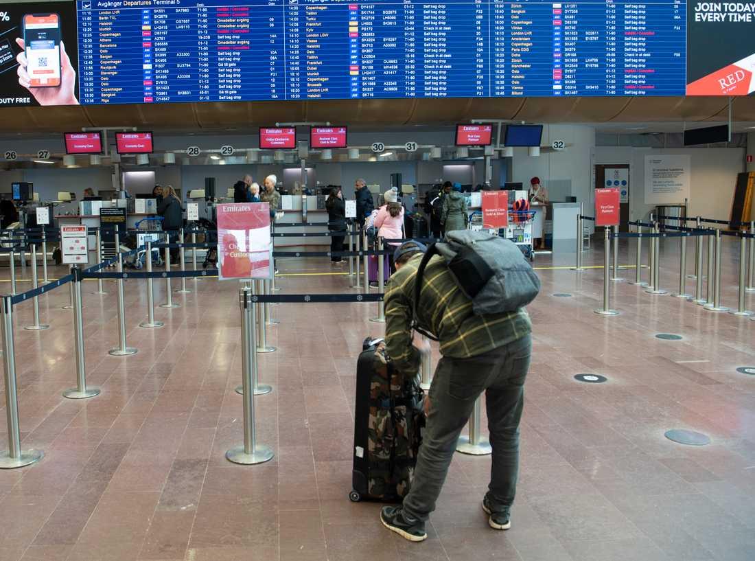 Resandet har påverkats kraftigt av coronautbrottet. På bilden syns en resenär på Arlanda flygplats utanför Stockholm. Bilden är från mitten av mars.