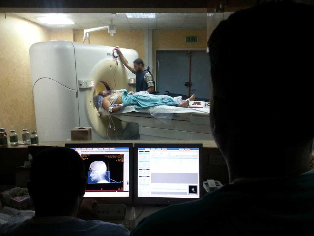 Granatsplitter gjorde att patienten förlorade 1.5 liter blod. På bilden undersöker läkarna omfattningen av hans skador.
